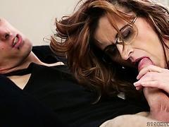fabuleux blanc rousse chaudasse apporte un mec a la maison et lui baise la