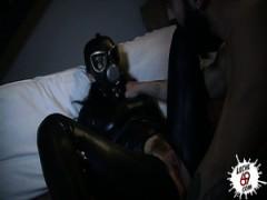 un punk homo tente de vider les couilles de son copain en gorge profonde