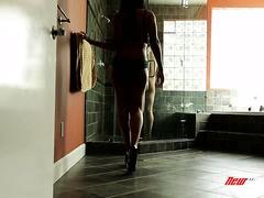 Gros seins douche sexe
