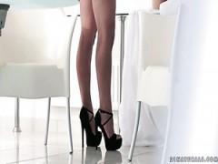 superbe blonde fille blanche sur le canape seduit et baisee dans le fetichisme des pieds style